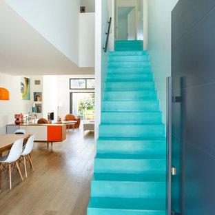 Cette image montre un grand escalier droit design avec un garde-corps en métal.