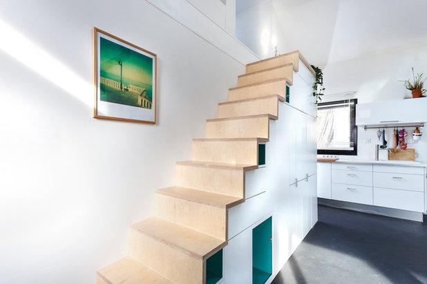 Wohnbereich mit multifunktionaler Treppe für Mini-Haus in Frankreich