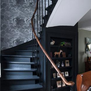 Imagen de escalera curva, tradicional renovada, de tamaño medio, con escalones de madera pintada y contrahuellas de madera pintada