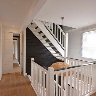 Foto de escalera en L, campestre, grande, sin contrahuella, con escalones de madera pintada
