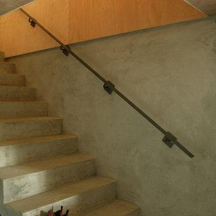 ボルドーのインダストリアルスタイルのおしゃれな階段の写真