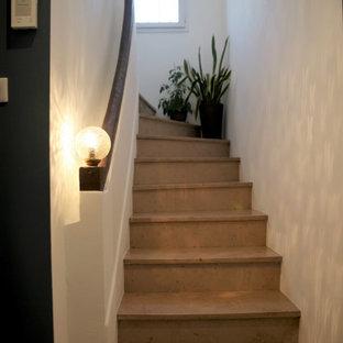 Imagen de escalera curva, contemporánea, pequeña, con escalones de travertino, contrahuellas de travertino y barandilla de varios materiales