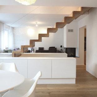 Réalisation d'un escalier droit design de taille moyenne avec des marches en bois, des contremarches en bois et des rangements.