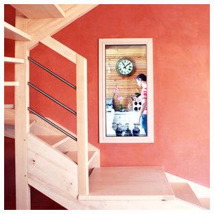 Ejemplo de escalera en U, tradicional, de tamaño medio, con escalones de madera