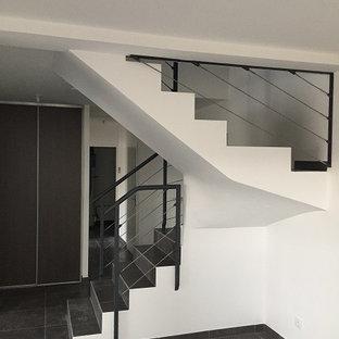 Imagen de escalera de caracol, actual, de tamaño medio, con escalones con baldosas y contrahuellas con baldosas y/o azulejos