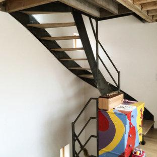 Cette photo montre un grand escalier sans contremarche hélicoïdal tendance avec des marches en bois.