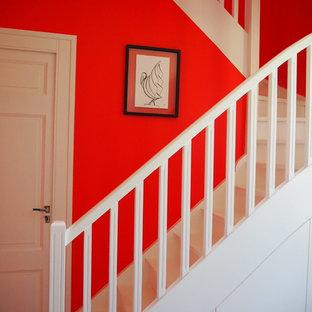 Diseño de escalera en U, clásica renovada, de tamaño medio, con escalones de madera pintada, contrahuellas de madera pintada y barandilla de madera