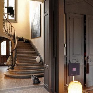 Foto de escalera de caracol, tradicional renovada, grande, con escalones de piedra caliza, contrahuellas de piedra caliza y barandilla de madera