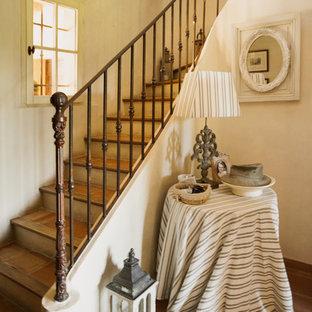 Diseño de escalera campestre con escalones con baldosas y barandilla de metal
