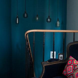 Diseño de escalera en U, ecléctica, de tamaño medio, con escalones de madera, contrahuellas de madera pintada y barandilla de varios materiales