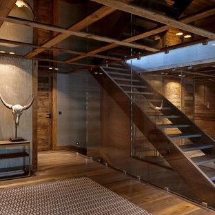 Aménagement d'un escalier sans contremarche droit montagne de taille moyenne avec des marches en bois.