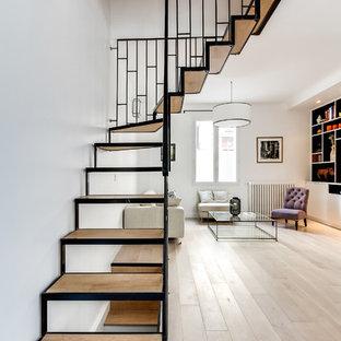 Idée de décoration pour un grand escalier sans contremarche nordique en L avec des marches en bois.