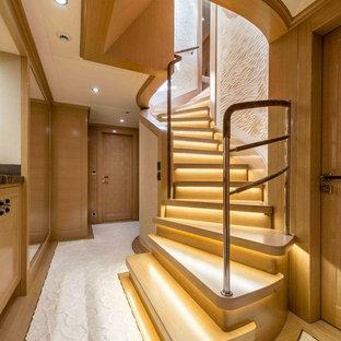 Idée de décoration pour un escalier courbe design de taille moyenne avec des marches en bois et des contremarches en bois.