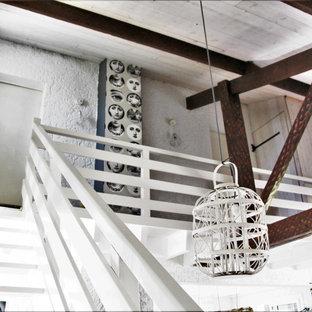 Modelo de escalera recta y papel pintado, costera, sin contrahuella, con escalones de madera pintada, barandilla de madera y papel pintado