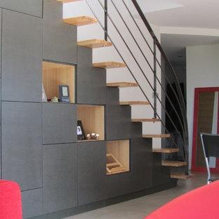 Diseño de escalera recta, minimalista, con escalones de madera y contrahuellas de madera pintada