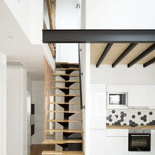 Diseño de escalera recta, contemporánea, pequeña, sin contrahuella, con escalones de madera