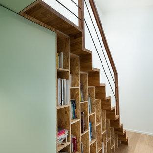 Esempio di una piccola scala a rampa dritta nordica con pedata in legno e alzata in legno
