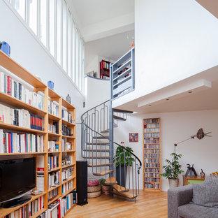 Idée de décoration pour un escalier sans contremarche hélicoïdal design de taille moyenne avec des marches en bois.