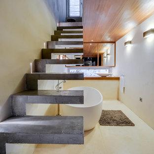 Ejemplo de escalera suspendida, actual, de tamaño medio, sin contrahuella, con escalones de hormigón