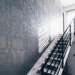 Modern inredning av en stor trappa i akryl