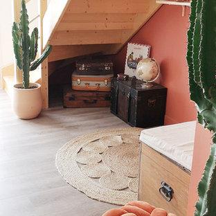 Foto de escalera curva, exótica, pequeña, con escalones de madera, contrahuellas de madera y barandilla de varios materiales
