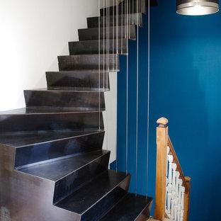 Foto de escalera en U, actual, de tamaño medio, con escalones de metal, contrahuellas de metal y barandilla de cable