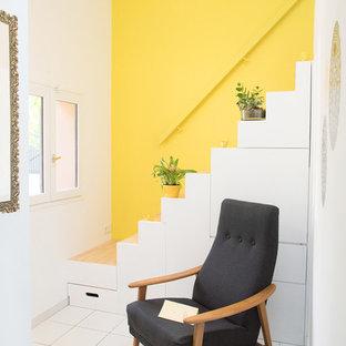 На фото: со средним бюджетом маленькие прямые лестницы в современном стиле с деревянными ступенями
