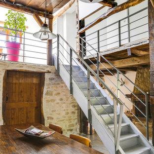 Réalisation d'un petit escalier droit champêtre avec un garde-corps en métal, des marches en bois et des contremarches en bois.