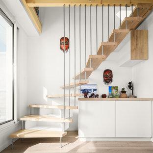 Cette photo montre un escalier sans contremarche courbe tendance de taille moyenne avec des marches en bois.