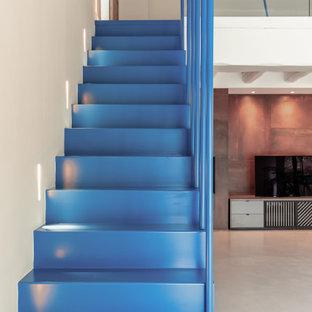 パリの中サイズの金属製のコンテンポラリースタイルのおしゃれな直階段 (金属の蹴込み板、金属の手すり) の写真