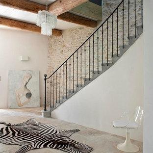 Ejemplo de escalera recta, de estilo de casa de campo, grande, con escalones de hormigón