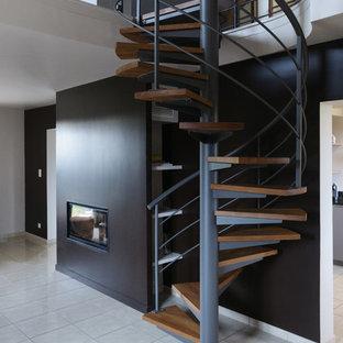 Réalisation d'un escalier sans contremarche hélicoïdal design de taille moyenne avec des marches en bois.