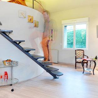 Réalisation d'un escalier courbe design de taille moyenne avec des marches en bois.