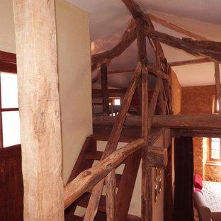 Diseño de escalera recta, de estilo de casa de campo, grande, sin contrahuella, con escalones de madera