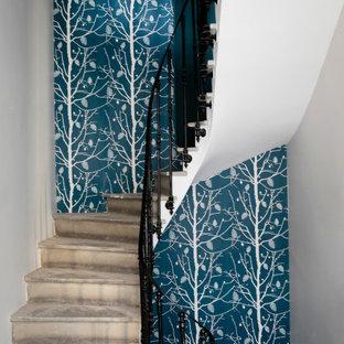 Exemple d'un escalier industriel avec un garde-corps en métal et du papier peint.