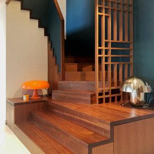 Exemple d'un grand escalier hélicoïdal tendance avec des marches en bois et des contremarches en bois.