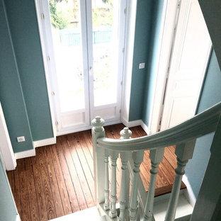 """Idee per un'ampia scala a """"U"""" tradizionale con pedata in legno verniciato, alzata in legno verniciato e parapetto in legno"""