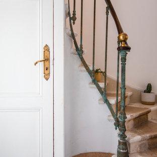 Ispirazione per una scala bohémian con pedata in pietra calcarea, alzata in pietra calcarea e parapetto in metallo