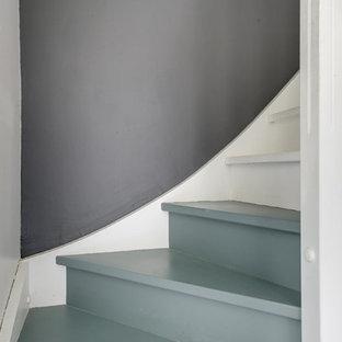 Imagen de escalera curva, mediterránea, de tamaño medio, con escalones de madera pintada, contrahuellas de madera pintada y barandilla de madera