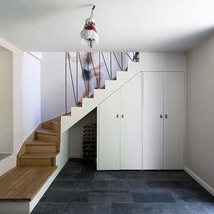 Cette image montre un escalier nordique en L avec des marches en bois, des contremarches en bois et un garde-corps en câble.