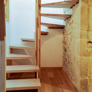 他の地域の小さい木のカントリー風おしゃれなサーキュラー階段の写真
