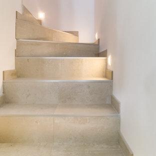 Modelo de escalera en L, actual, de tamaño medio, con escalones de piedra caliza y contrahuellas de piedra caliza