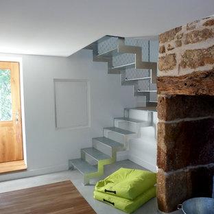 Aménagement d'un escalier sans contremarche contemporain en U de taille moyenne avec des marches en métal.