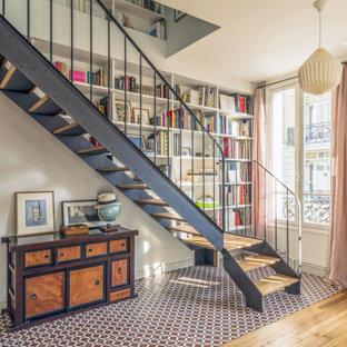 Réalisation d'un escalier sans contremarche bohème en L de taille moyenne avec des marches en bois et un garde-corps en métal.