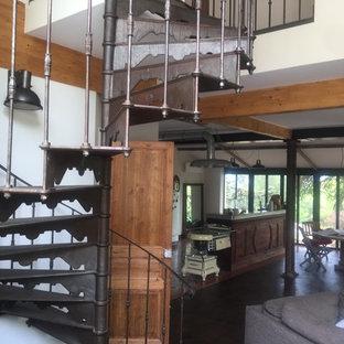 Imagen de escalera de caracol, mediterránea, con escalones de metal, contrahuellas de metal y barandilla de metal
