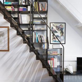 Exemple d'un petit escalier droit industriel avec des marches en métal et un garde-corps en métal.