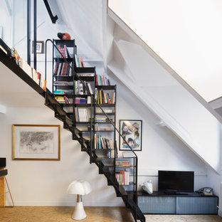 Idées déco pour un petit escalier sans contremarche droit industriel avec des marches en métal et un garde-corps en métal.