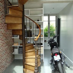 Idées déco pour un escalier hélicoïdal industriel avec des marches en bois, des contremarches en bois et un garde-corps en matériaux mixtes.