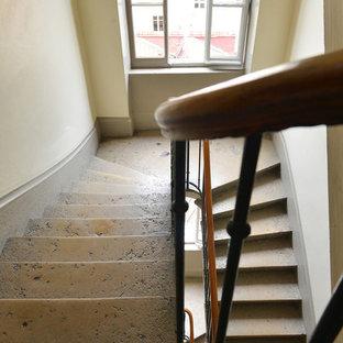 На фото: со средним бюджетом п-образные лестницы среднего размера в стиле ретро с ступенями из известняка, подступенками из известняка и перилами из смешанных материалов