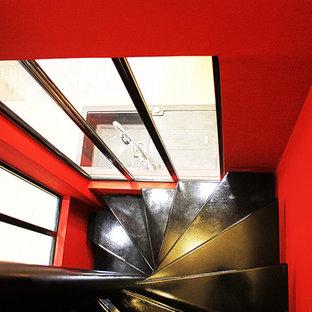 Imagen de escalera curva, actual, pequeña, con escalones de metal
